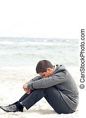 uno, uomo affari, sedendo spiaggia, depresso