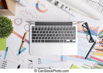 unordentliches büro, schreibtisch, mit, laptop