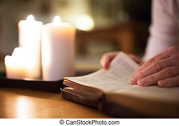 unrecognizable, 婦女讀物, bible., 燃燒, 蜡燭, 在旁邊, 她。