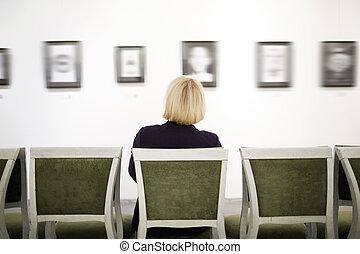 unrecognizable, donna, galleria arte