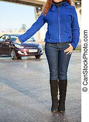 unrecognizable, donna, hitching, veicolo terra, su, bordo della strada