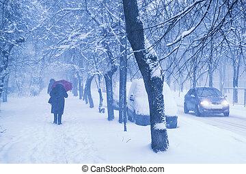 unrecognizable, leute, gehen, auf, stadt, straße, während, schwer , winter, snowfall.