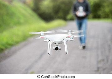 unrecognizable, mann, mit, fliegendes, drone., sonnig, grün, nature.