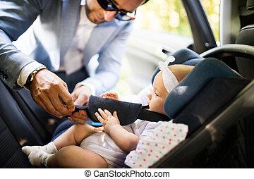 unrecognizable, poniendo, bebé, coche., niña, hombre