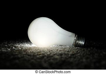 unscrewed, ardendo lâmpada incandescente