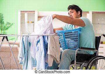 untauglicher mann, auf, rollstuhl, wäschewaschen