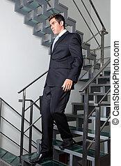 unten, geschäftsmann, gehen, treppe