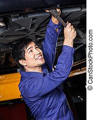 unterhalb, automechaniker, arbeitende , glücklich