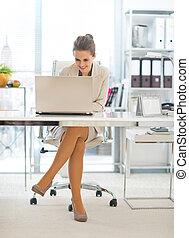 unternehmerin, arbeiten, laptop, in, buero