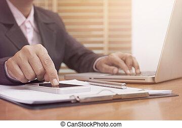 unternehmerin, hände, gebrauchend, beweglich, klug, telefon, und, laptop-computer, schreibtisch, an, work.