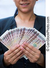 unternehmerin, haltend geld