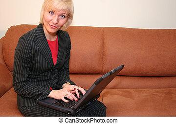 unternehmerin, mit, notizbuch, auf, sofa