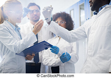 untersuchen, gruppe, flüssiglkeit, arbeiter, ergebnisse, labor, forschung, chemische , mischling, rennen, notizen, wissenschaftler, pr�fung, studieren, rohr, laboratorium, machen