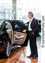 untersuchen, voll, tür, öffnung, auto, dealership., sicher, länge, autohaus, formalwear, fälliger mann