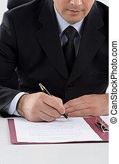 unterzeichnung, dokumente, arbeitende , sitzen, bild, mittleralter, kupiert, während, seine, ort, formalwear, documents., mann