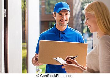unterzeichnung, für, der, package., lächeln, junger, lieferbote, besitz, a, pappschachtel, während, schöne , junge frau, setzen, unterschrift, in, klemmbrett