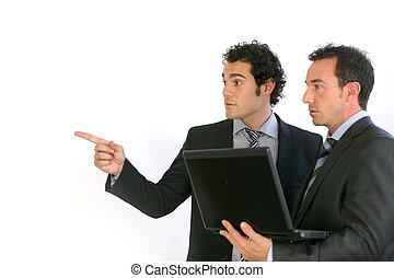 uomini affari, con, uno, laptop, indicando, copyspace