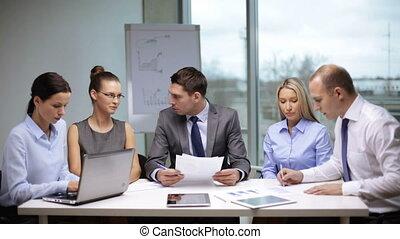 uomini affari, firmare, uno, contratto, e, tremante, loro,...