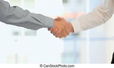 uomini agitano mani
