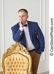 uomini, con, chair., piena lunghezza, di, fiducioso, giovane, uomini affari, standing, appresso, il, vendemmia, sedia, mentre, isolato, su, grigio