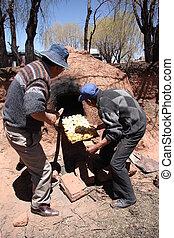 uomini, indiano, argilla, forno, cottura