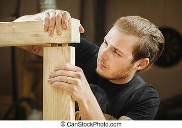 uomo, accoppiamento, due, parti, di, legno, planks., lavoratore, carpentiere, falegname