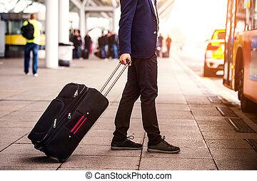 uomo affari, aeroporto, unrecognizable, entrare, bagaglio