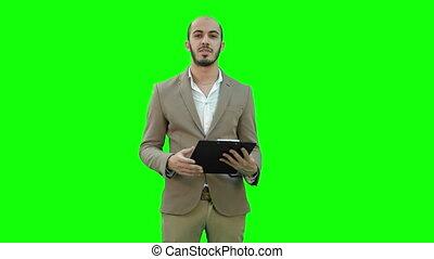 uomo affari, appunti tiene, e, presentare, rapporto affari, su, uno, verde, schermo, chroma, key.