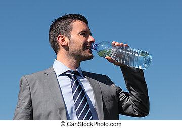 uomo affari beve acqua, con, bottiglia, blu, cielo
