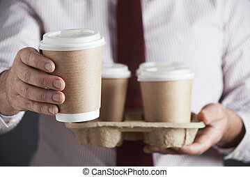 uomo affari, caffè, vassoio, presa a terra, takeaway