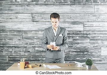 uomo affari, carta, mani