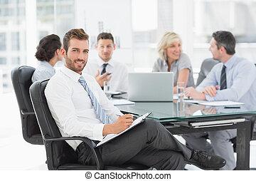 uomo affari, colleghi, discutere, giovane, ufficio