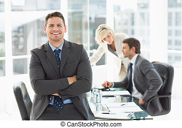 uomo affari, colleghi, discutere, ufficio