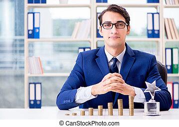 uomo affari, con, accatastare, di, monete, in, ufficio