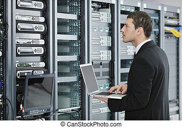 uomo affari, con, laptop, in, server rete, stanza