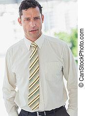 uomo affari, con, mani, in, tasca
