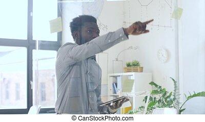 uomo affari, con, pc tavoletta, a, ufficio, parete vetro