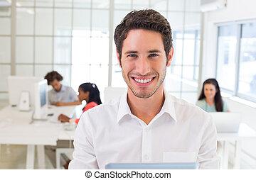 uomo affari, con, pc tavoletta, sorrisi, macchina fotografica
