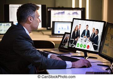 uomo affari, conferencing video, con, felice, colleghi, su, computer
