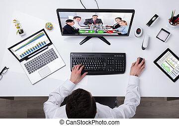 uomo affari, conferencing video, su, computer