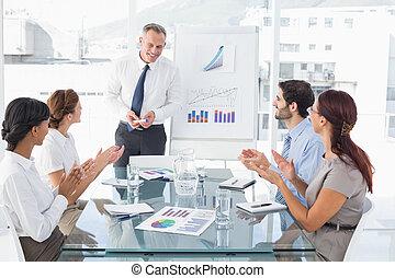 uomo affari, dando presentazione