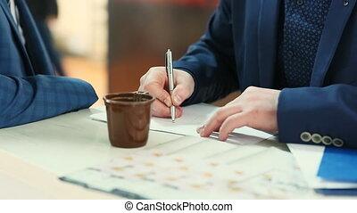 uomo affari, disegno, affari, tabelle, in, copybook, su, desktop, con, ufficio, attrezzi, e, caffè