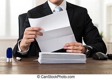 uomo affari, documento, presa a terra, scrivania
