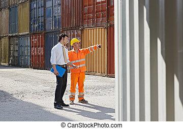 uomo affari, e, lavoratore manuale, con, contenitori carico