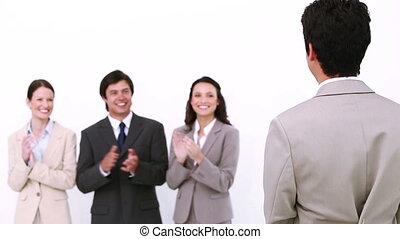 uomo affari, essendo, congratulato, vicino, colleghi