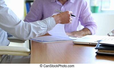 uomo affari, firmare, uno, contratto, e