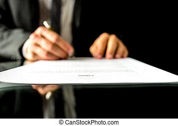 uomo affari, firmare, uno, documento, con, fuoco, a, il, testo, contratto