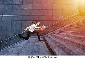 uomo affari, funziona, digiuno, sopra, uno, moderno, scala