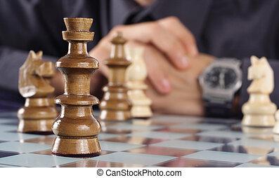 uomo affari, gioco scacchi esegue