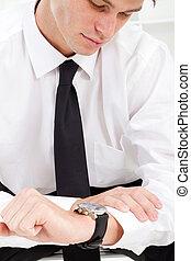 uomo affari, guardando ad orologio